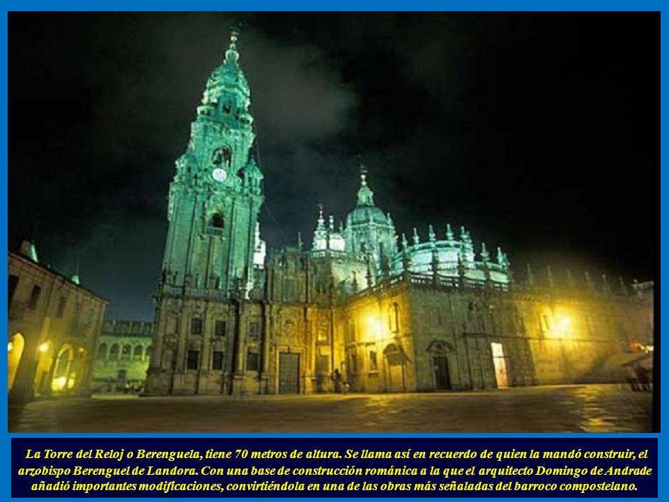 Además del acceso a la Puerta Santa se encuentran en ella: la Casa de los Canónigos, el Convento de San Paio y la Casa de la Parra, uno de los ejemplo