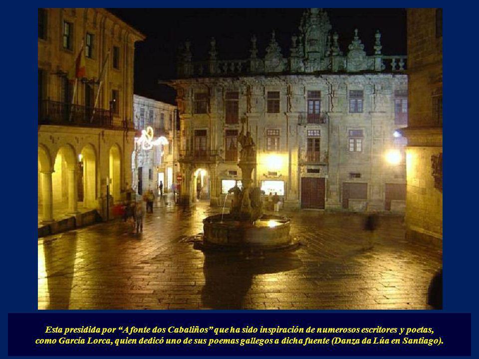 Bordeando la catedral llegaremos a la plaza de las Platerías. En ella se encuentra la Puerta Sur de la Catedral y tiene adosada en un lateral la torre