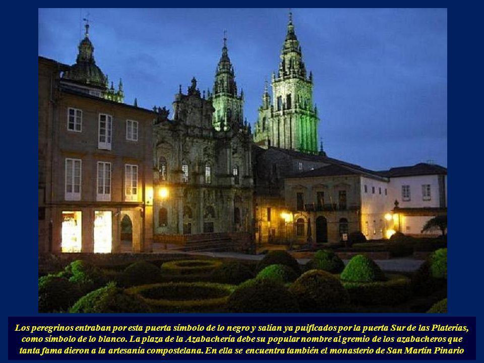 En esta fachada se encontra la Puerta Norte de la Catedral y la antigua portada románica. Hoy ha sido sustituida por la fachada neoclásica de Ventura