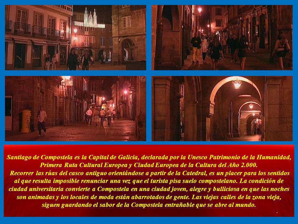 A la derecha el Hostal de los Reyes Católicos, construido en el siglo XV coincidiendo con el descubrimiento de América en 1492 por orden de los Reyes