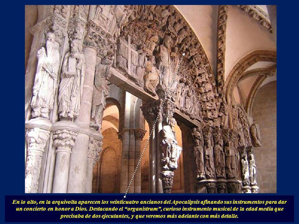 El pórtico de la Gloria se divide en tres arcos de medio punto. Es obra del genial Maestro Mateo, representa el juicio final y lo componen más de 200