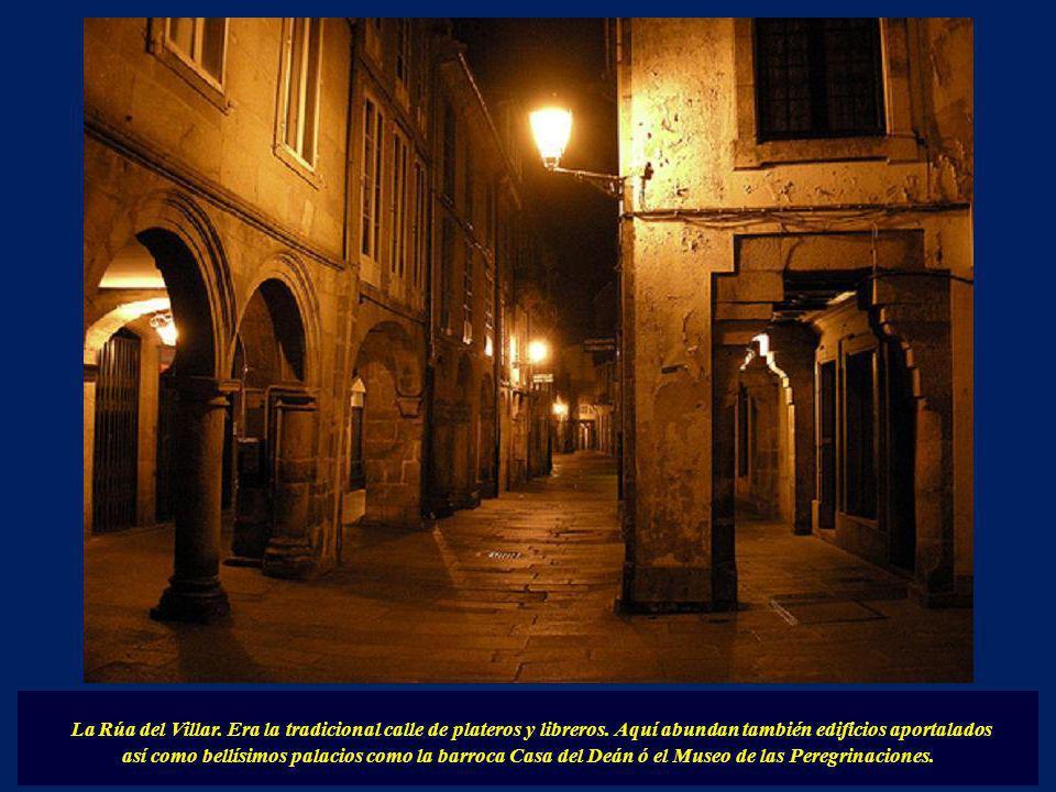 Plaza del Toral: con algunos de los edificios más emblemáticos de la ciudad, el Palacio de Monroy, renacentista y el Palacio de los Marqueses de Benda