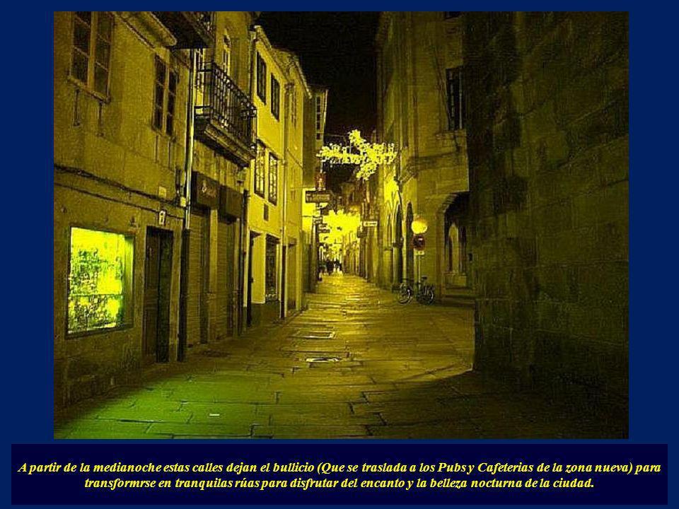 Otras calles emblemáticas de Santiago son las calles de la Raiña y la del Franco, que hasta la Puerta Faxeira, componen un divertido conjunto con la m