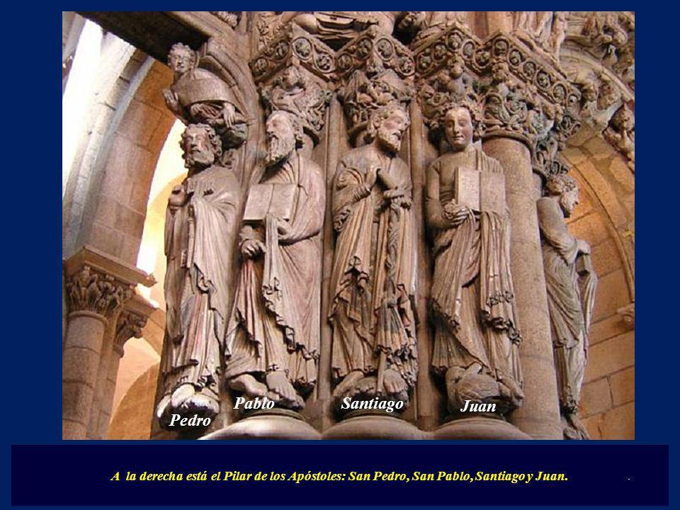 A la derecha está el Pilar de los Apóstoles: San Pedro, San Pablo, Santiago y Juan.