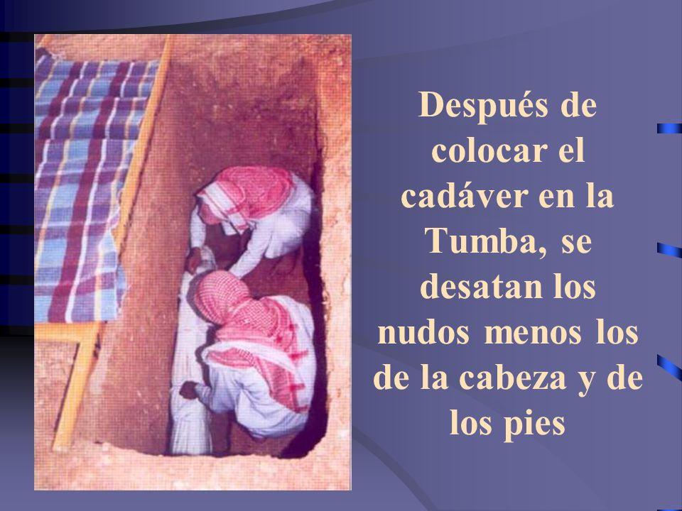 Se levanta el cadáver sobre los brazos para ser puesto en la Tumba Alabado sea Allah, como llegó el hijo de Adán solo, abandona la vida solo, sin dine