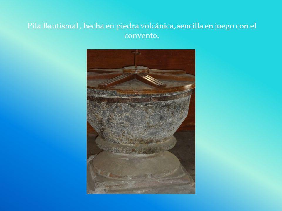Pila Bautismal, hecha en piedra volcánica, sencilla en juego con el convento.