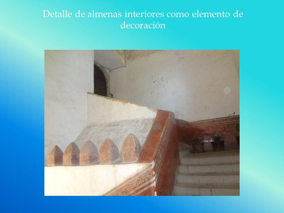 Detalle de almenas interiores como elemento de decoración