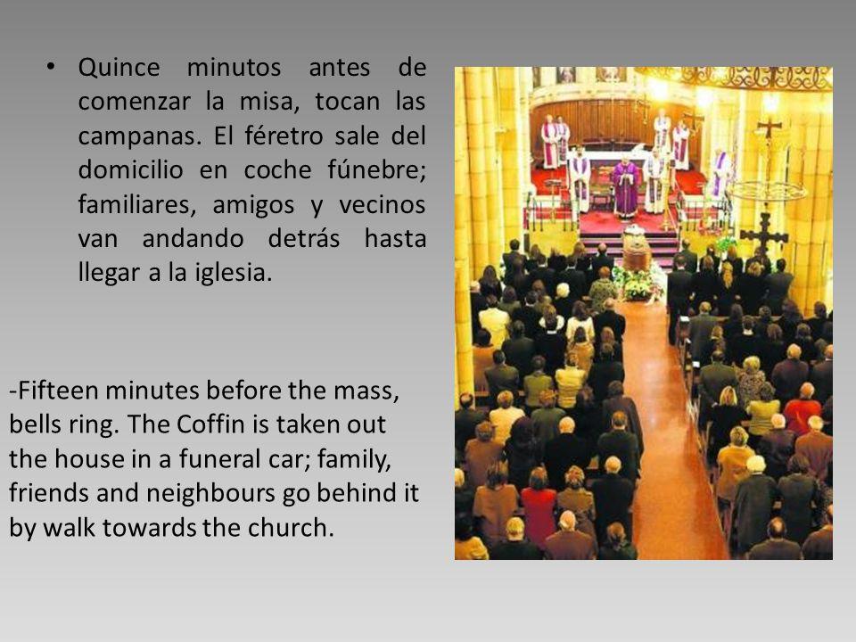 Quince minutos antes de comenzar la misa, tocan las campanas. El féretro sale del domicilio en coche fúnebre; familiares, amigos y vecinos van andando