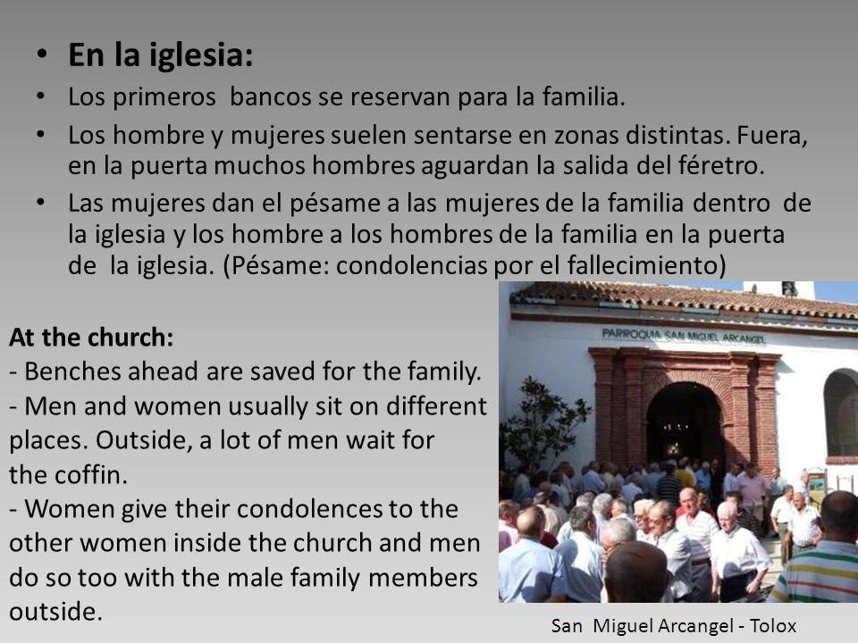 En la iglesia: Los primeros bancos se reservan para la familia. Los hombre y mujeres suelen sentarse en zonas distintas. Fuera, en la puerta muchos ho