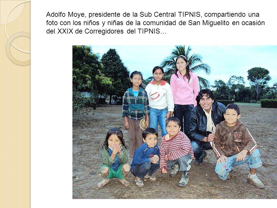 Adolfo Moye, presidente de la Sub Central TIPNIS, compartiendo una foto con los niños y niñas de la comunidad de San Miguelito en ocasión del XXIX de