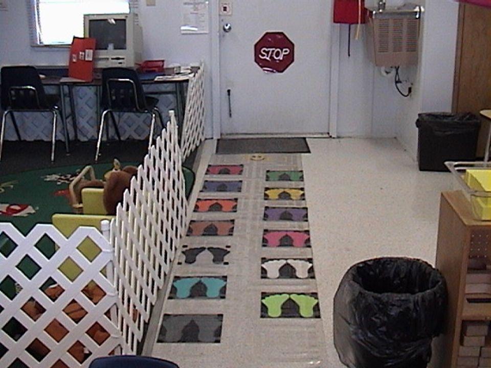 El arreglo y el diseño del salón de clase Centros de aprendizaje El diseño físico: -Linderos claros -Visibilidad -Indicios visibles de cuándo está prohibido usar los centros -Cantidad adecuada de centros -El tamaño y la ubicación de los centros -El número de niños en los centros -La organización de materiales -La preparación de los centros