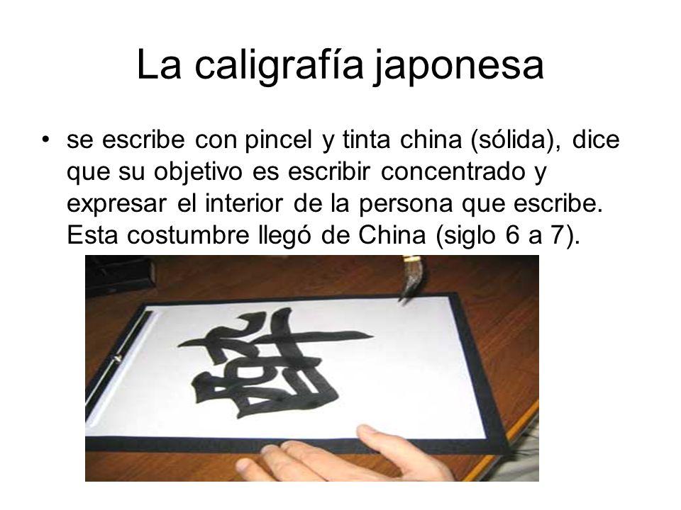La caligrafía japonesa se escribe con pincel y tinta china (sólida), dice que su objetivo es escribir concentrado y expresar el interior de la persona que escribe.