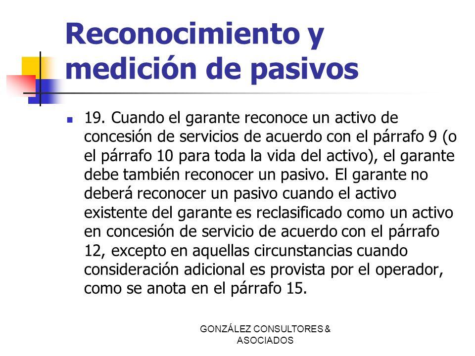 Reconocimiento y medición de pasivos 19. Cuando el garante reconoce un activo de concesión de servicios de acuerdo con el párrafo 9 (o el párrafo 10 p