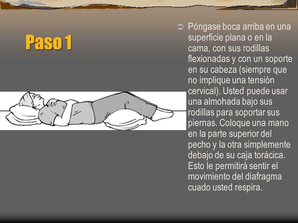 Paso 1 Póngase boca arriba en una superficie plana o en la cama, con sus rodillas flexionadas y con un soporte en su cabeza (siempre que no implique una tensión cervical).