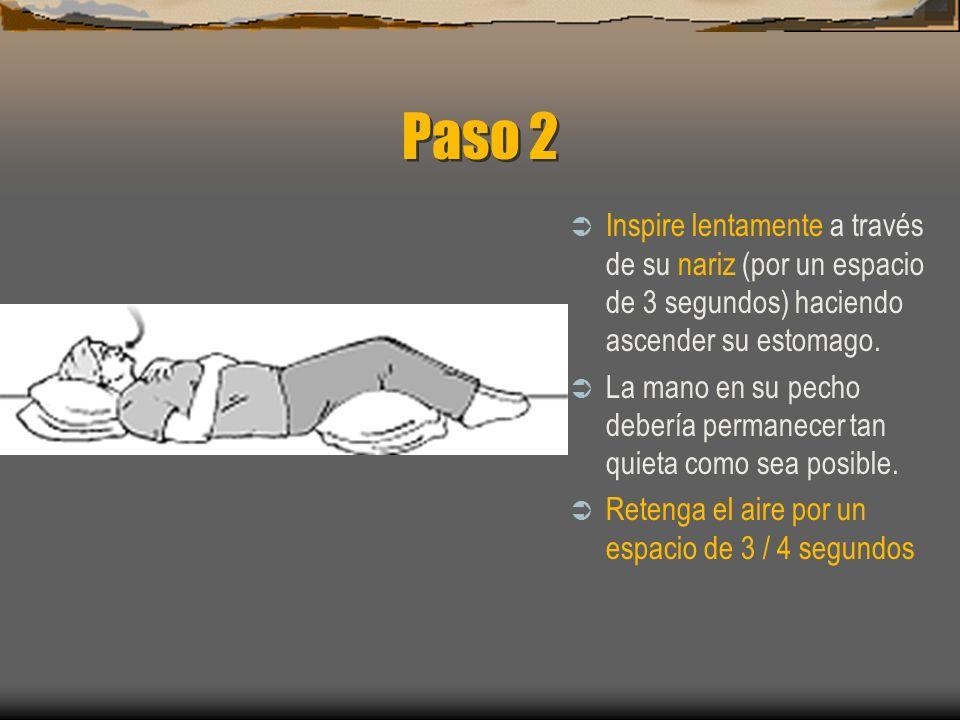 Paso 1 Póngase boca arriba en una superficie plana o en la cama, con sus rodillas flexionadas y con un soporte en su cabeza (siempre que no implique u