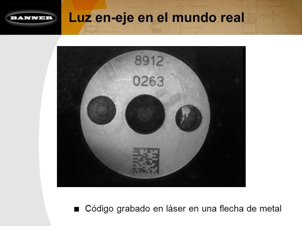 Luz en-eje en el mundo real Código grabado en láser en una flecha de metal