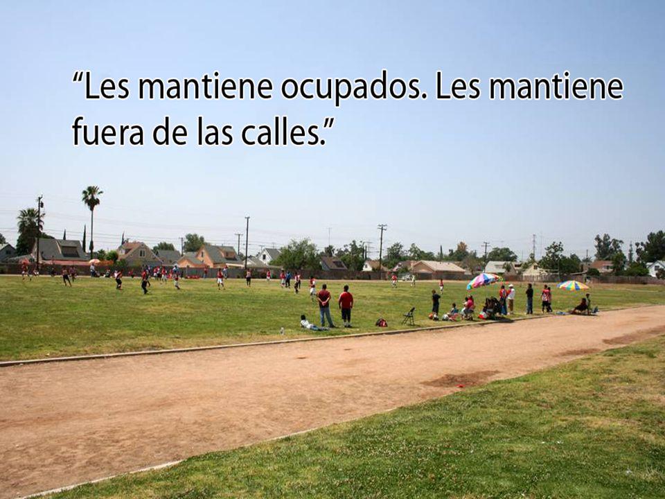 Barreras lingüísticas Los usos y las reuniones del campo del fútbol están en inglés solamente esto sirve como un barrera a los residentes que solo hablan español.