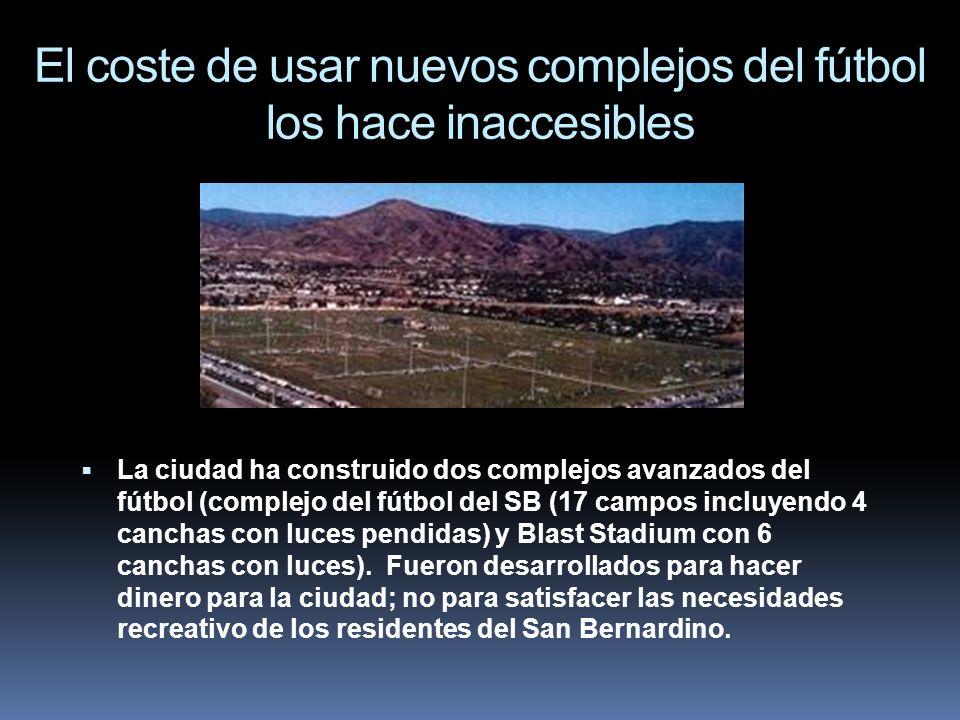 El coste de usar nuevos complejos del fútbol los hace inaccesibles La ciudad ha construido dos complejos avanzados del fútbol (complejo del fútbol del
