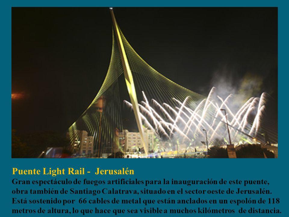Puente Light Rail - Jerusalén Gran espectáculo de fuegos artificiales para la inauguración de este puente, obra también de Santiago Calatrava, situado