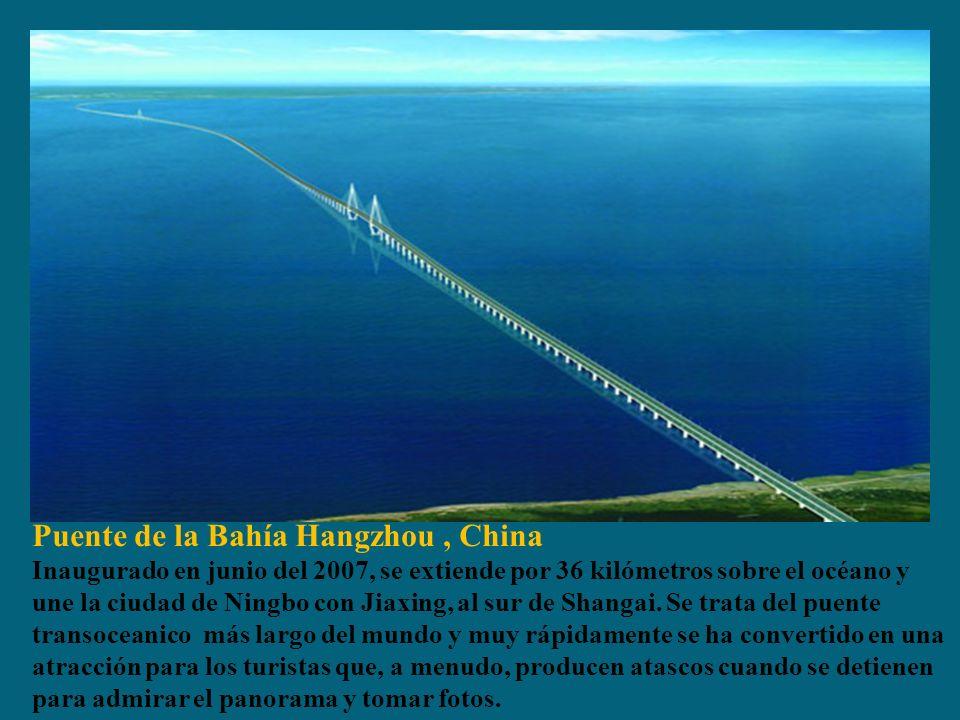 Puente de la Bahía Hangzhou, China Inaugurado en junio del 2007, se extiende por 36 kilómetros sobre el océano y une la ciudad de Ningbo con Jiaxing, al sur de Shangai.
