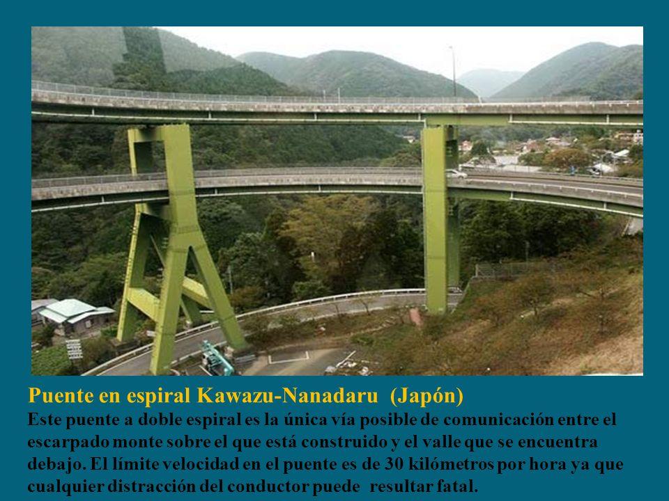 Puente en espiral Kawazu-Nanadaru (Japón) Este puente a doble espiral es la única vía posible de comunicación entre el escarpado monte sobre el que está construido y el valle que se encuentra debajo.