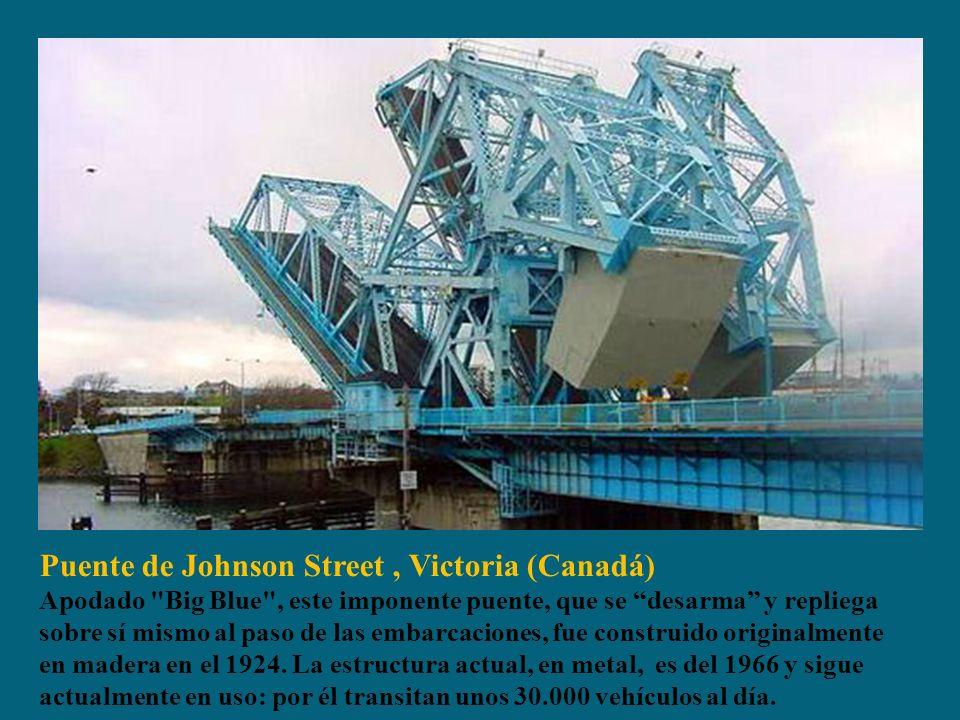 Puente de Johnson Street, Victoria (Canadá) Apodado Big Blue , este imponente puente, que se desarma y repliega sobre sí mismo al paso de las embarcaciones, fue construido originalmente en madera en el 1924.