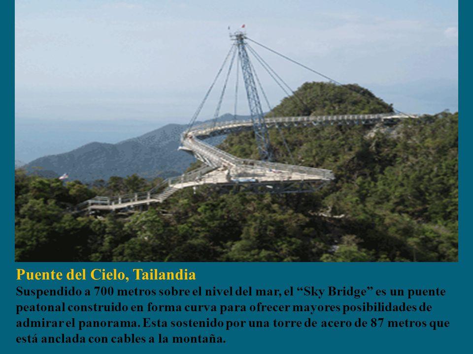 Puente del Cielo, Tailandia Suspendido a 700 metros sobre el nivel del mar, el Sky Bridge es un puente peatonal construido en forma curva para ofrecer mayores posibilidades de admirar el panorama.