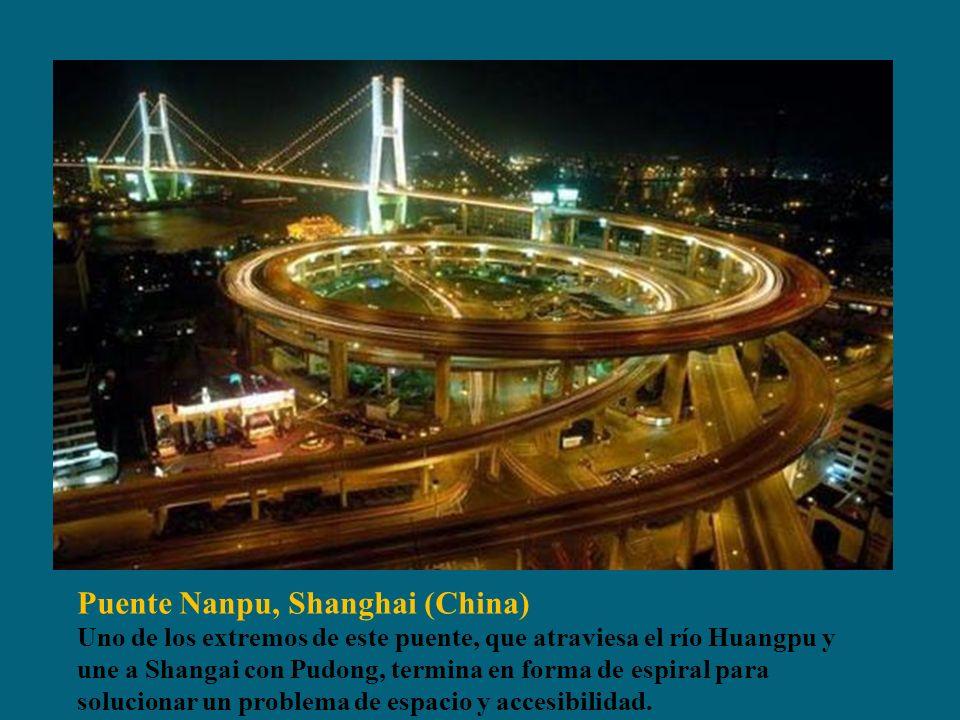 Puente Nanpu, Shanghai (China) Uno de los extremos de este puente, que atraviesa el río Huangpu y une a Shangai con Pudong, termina en forma de espiral para solucionar un problema de espacio y accesibilidad.