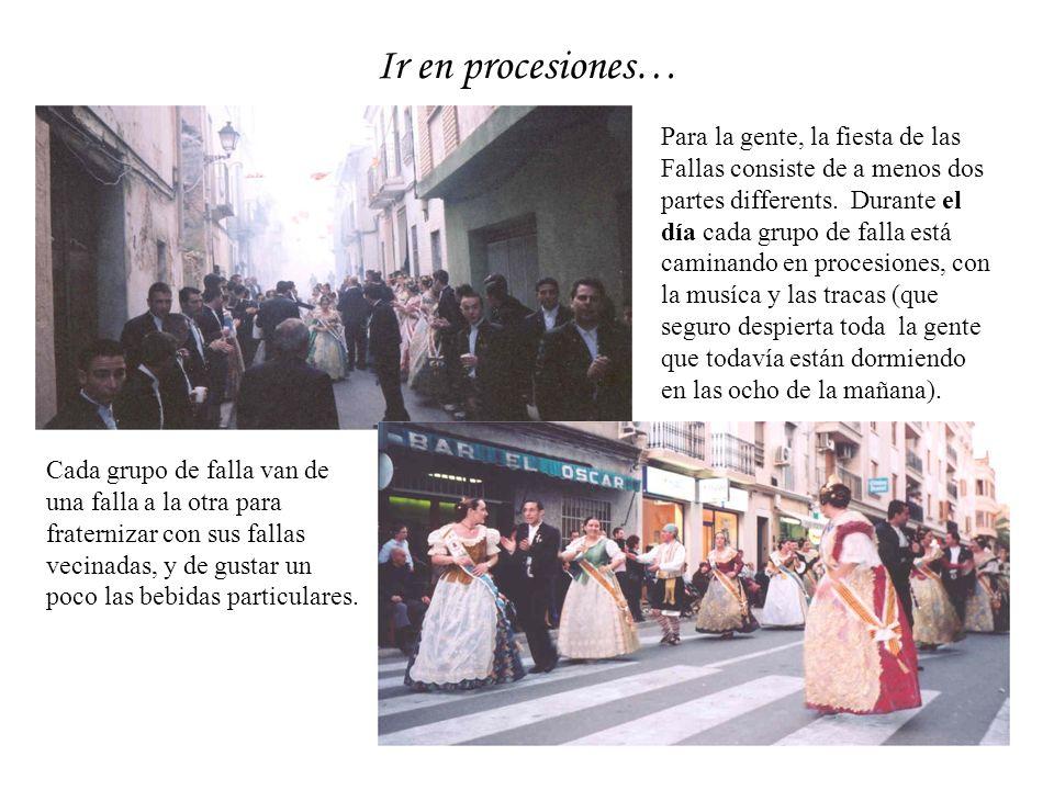 Ir en procesiones… Para la gente, la fiesta de las Fallas consiste de a menos dos partes differents. Durante el día cada grupo de falla está caminando