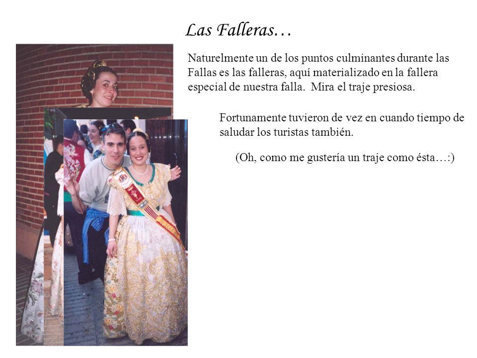 Las Falleras… Naturelmente un de los puntos culminantes durante las Fallas es las falleras, aquí materializado en la fallera especial de nuestra falla