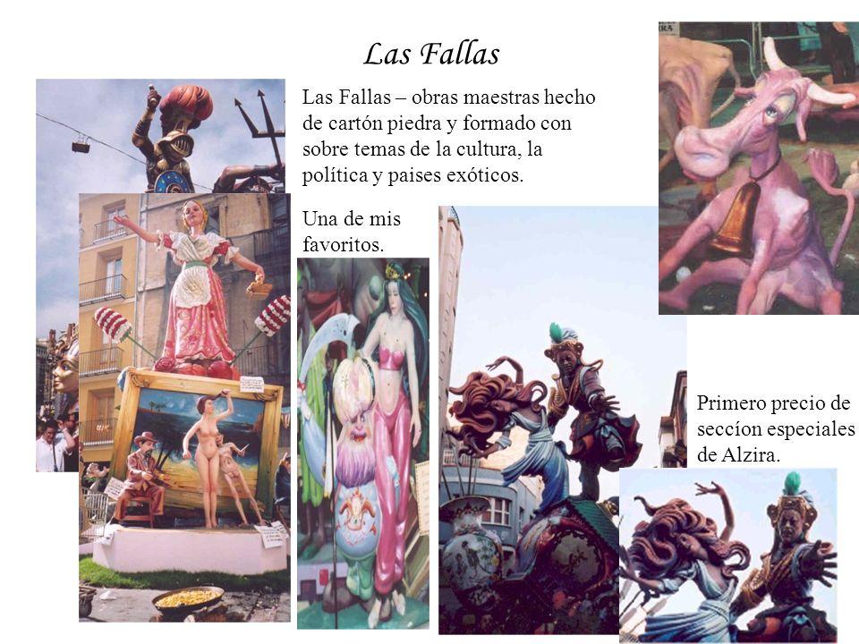 Las Fallas – obras maestras hecho de cartón piedra y formado con sobre temas de la cultura, la política y paises exóticos. Primero precio de seccíon e