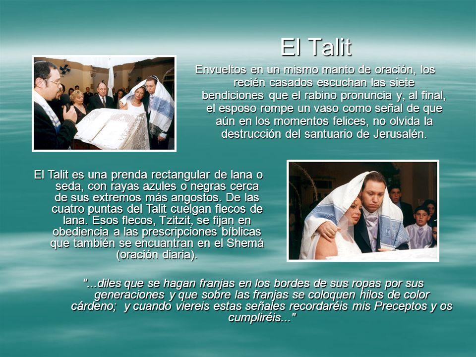 El Talit Envueltos en un mismo manto de oración, los recién casados escuchan las siete bendiciones que el rabino pronuncia y, al final, el esposo romp