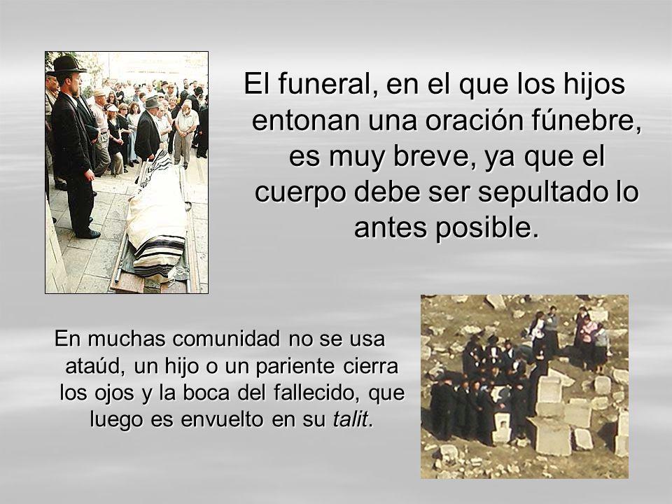 El funeral, en el que los hijos entonan una oración fúnebre, es muy breve, ya que el cuerpo debe ser sepultado lo antes posible. En muchas comunidad n