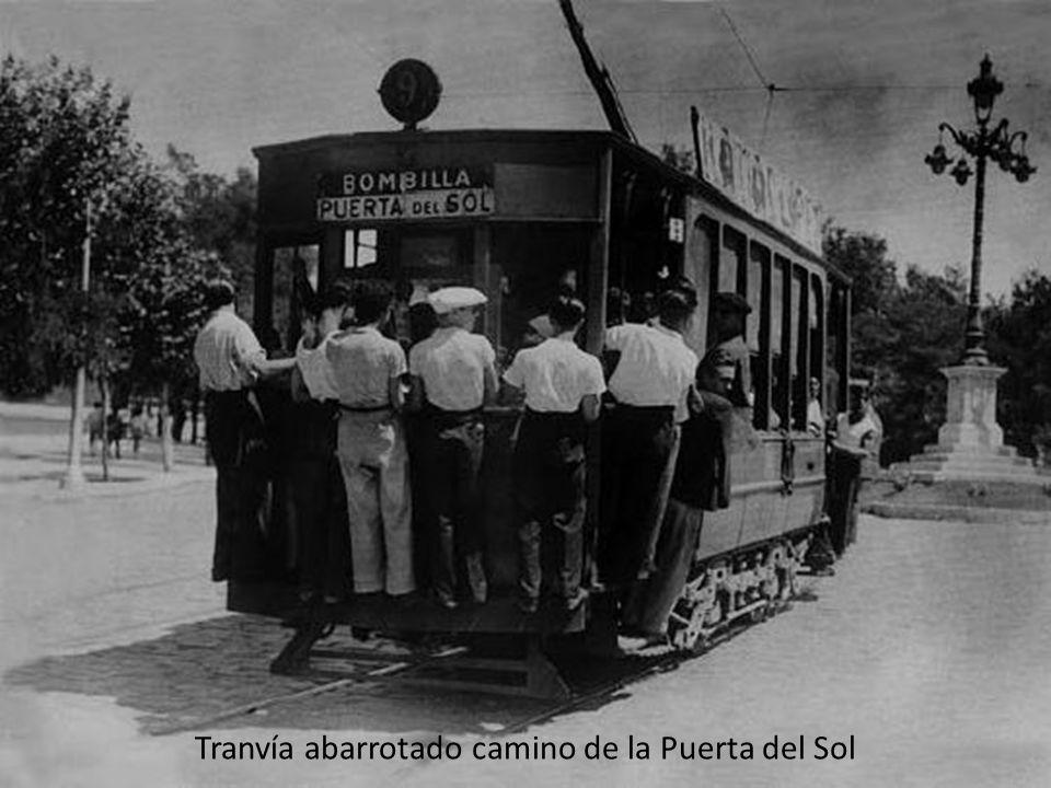 Tranvías en la Puerta del Sol (1920). El señor de la derecha ya viajaba con una raqueta de tenis.