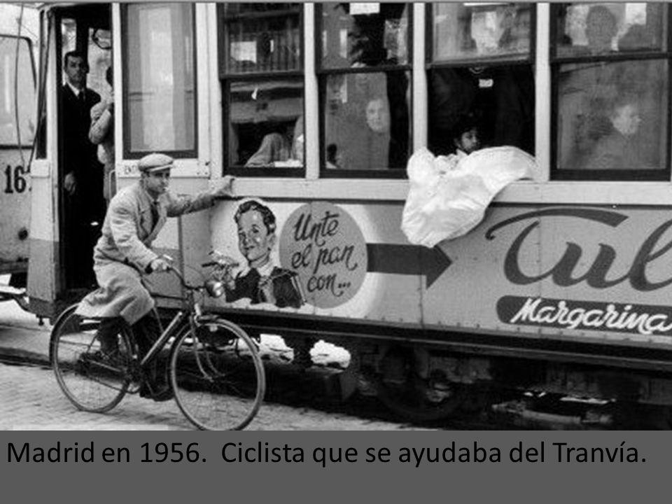 Un tranvía cruzando barricadas durante la Guerra Civil (En la zona de San Bernardo, 1937). En la calzada se observa que parte del adoquinado se ha uti