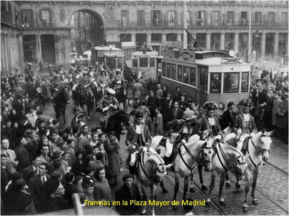 Tranvía atravesando la Plaza Mayor, años 40.