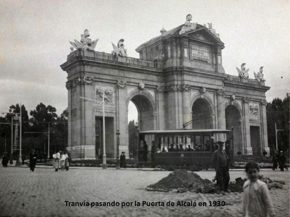 Tranvía pasando por la puerta de Alcalá en 1938.