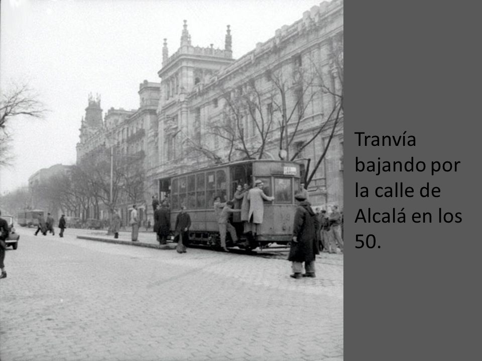 Tranvía pasando por la Puerta de Alcalá en 1930