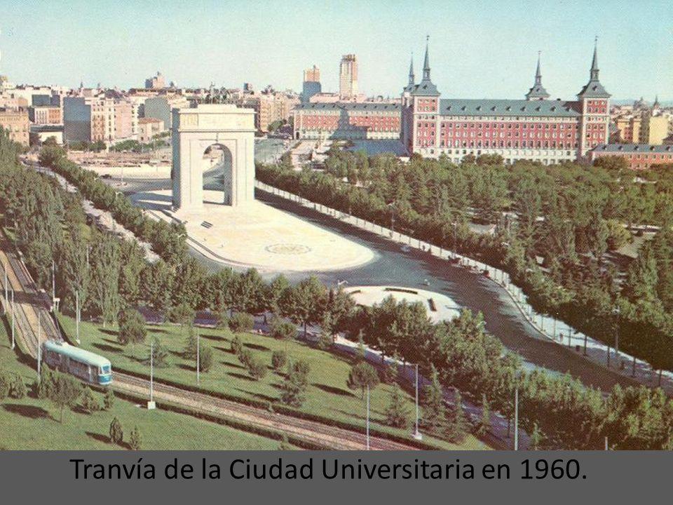 El Tranvía de la Ciudad Universitaria pasando el puente sobre la avenida de los Reyes Católicos en los 50.