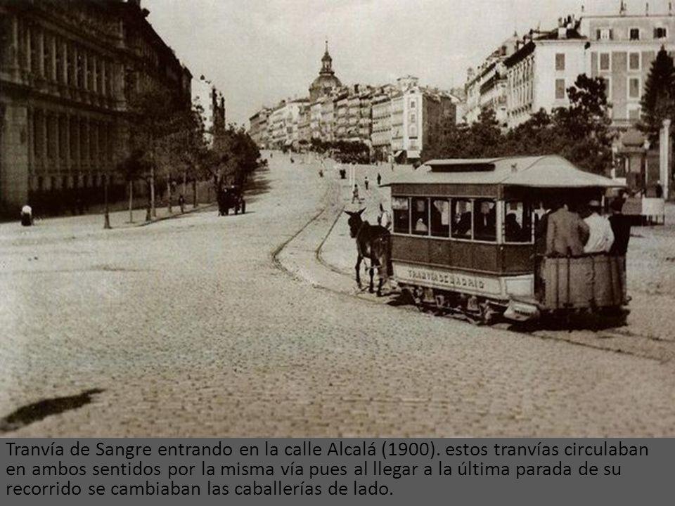 Tranvía de sangre delante del congreso de los diputados en 1890. Los tranvías de sangre recibían su nombre gracias a la naturaleza de su tracción