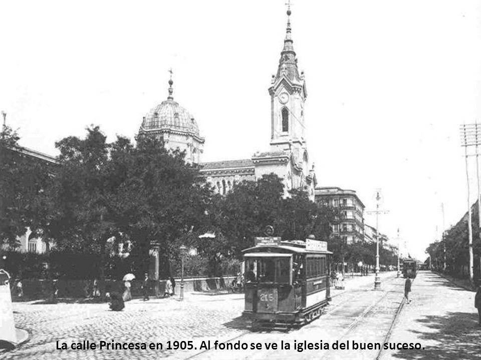 Tranvía de Ventas - Ciudad Lineal - Cuatro Caminos sobre 1909. A la derecha vemos un coche fúnebre tirado por caballos.