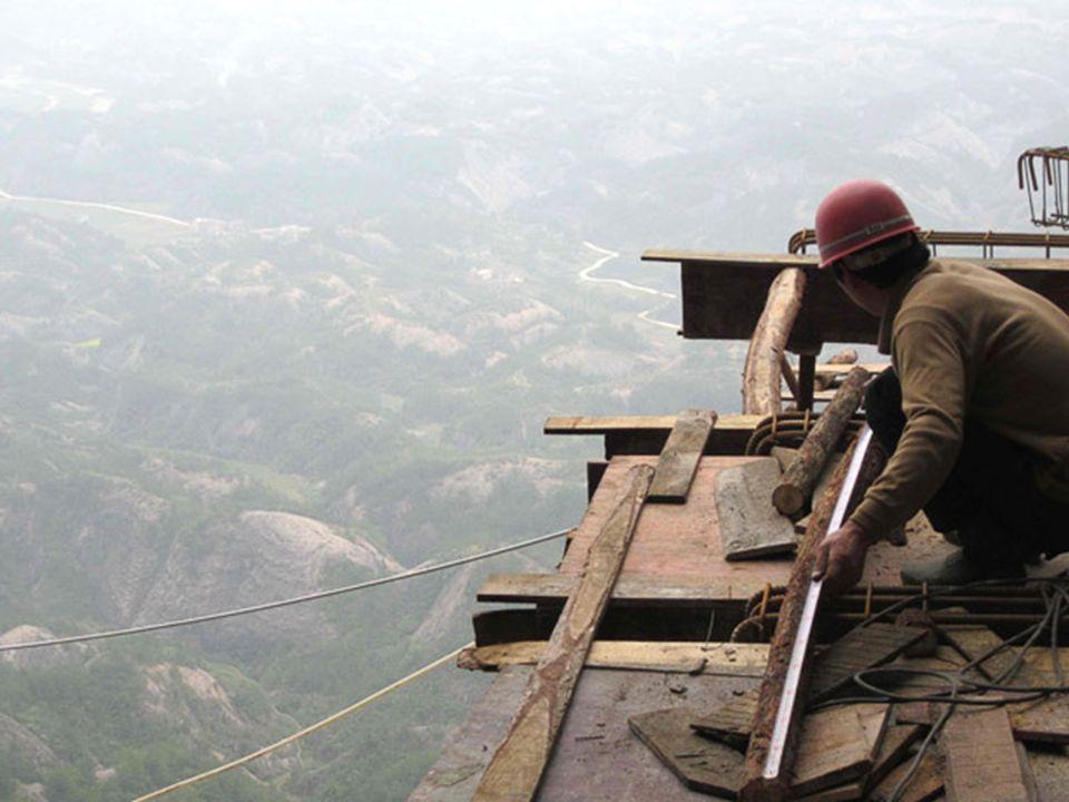 La construcción de la carretera de tablas en la Montaña Shifou es difícil debido a que el acantilado se encuentra vertical a 90 grados, sin ningún tip