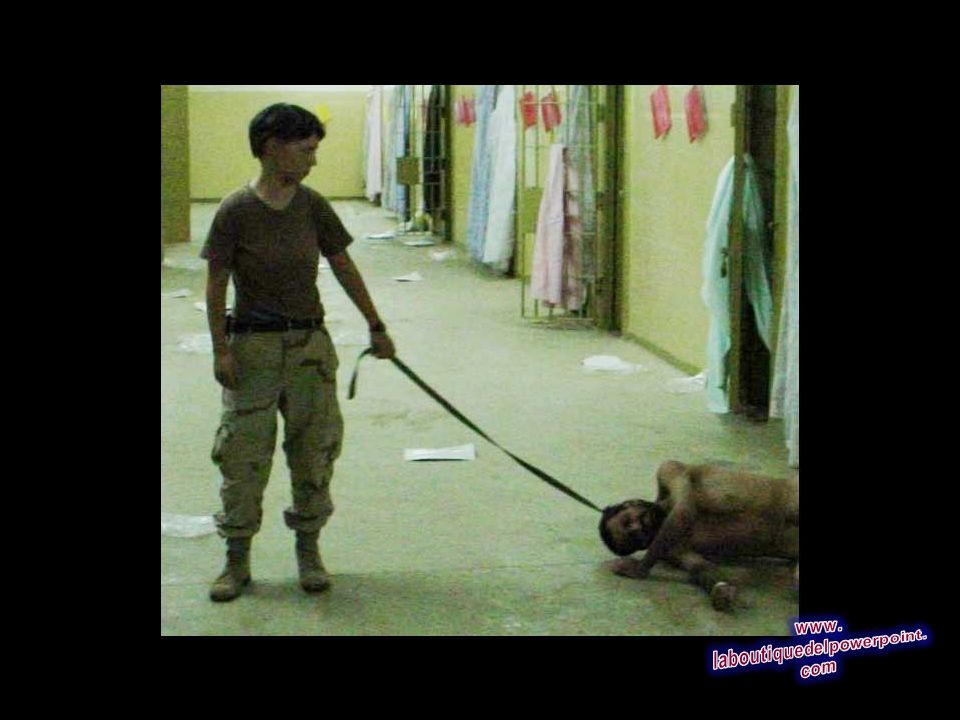 Se trata de una imagen obtenida por The Associated Press que muestra PFC. Lynndie England sosteniendo una correa atada a un detenido a finales de 2003