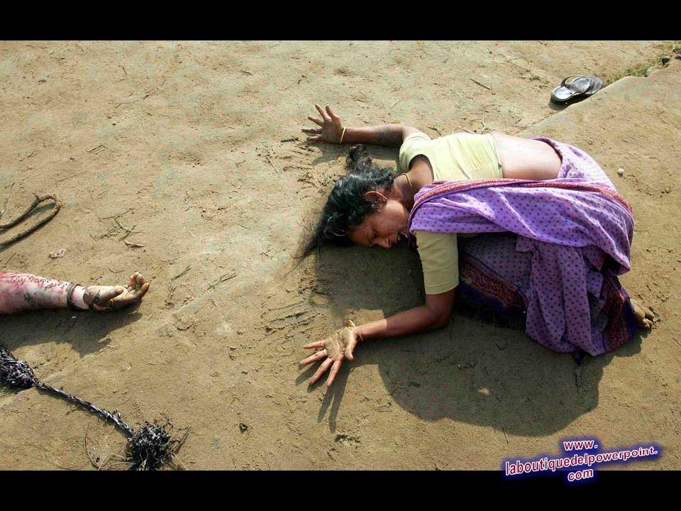 Una mujer india llora la muerte de su pariente que falleció a causa del tsunami en Cuddalore, a unos 180 kilómetros al sur de la ciudad sureña de Madr