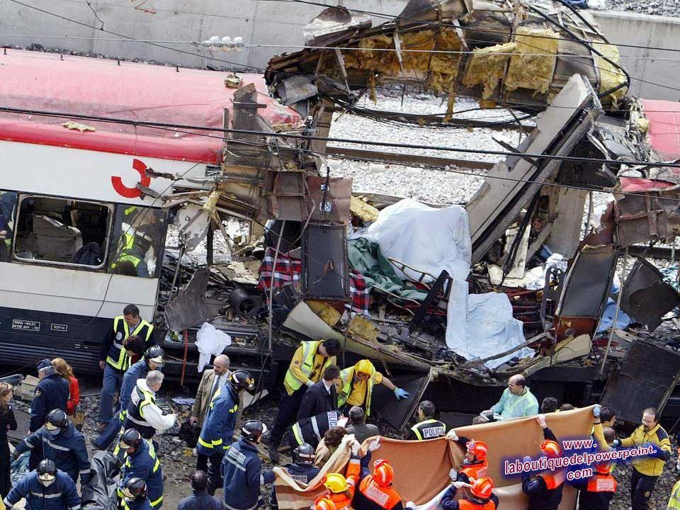 Los cuerpos de las víctimas son evacuados después del atentado sufrido en la estación de tren de Atocha en Madrid, 11 de marzo de 2004. Al menos 131 p