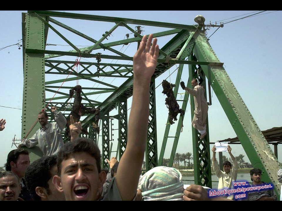Cuerpos carbonizados cuelgan de un puente sobre el río Éufrates, en Faluya, al oeste de Bagdad, en este 31 de marzo 2004 Foto de archivo