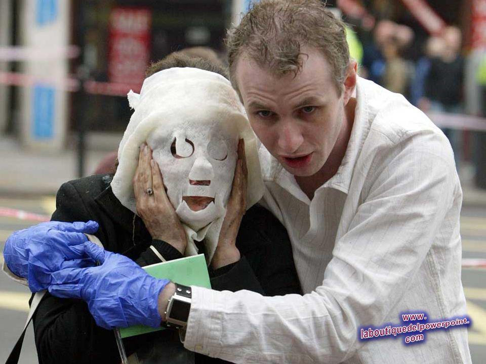 Paul Dadge, derecha, ayuda a los pasajeros heridos de Davinia Turrell fuera de la Estación de Edgware Road en Londres tras una explosión, durante una