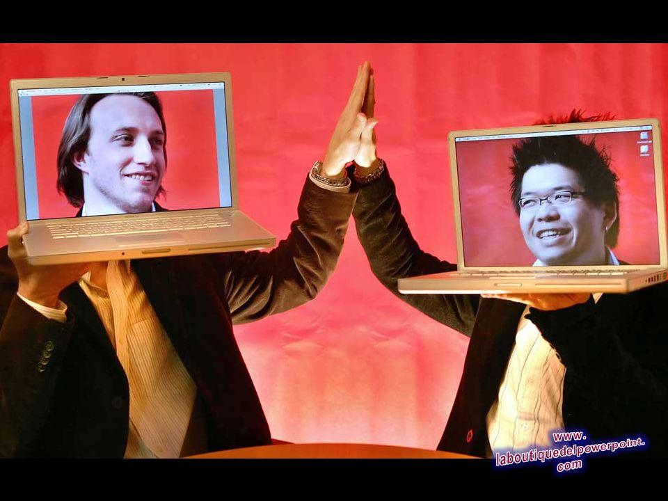 Los fundadores de YouTube, Chad Hurley, 29, izquierda, y Steven Chen, 27, posan con sus ordenadores portátiles en su loft de oficinas en San Mateo, Ca