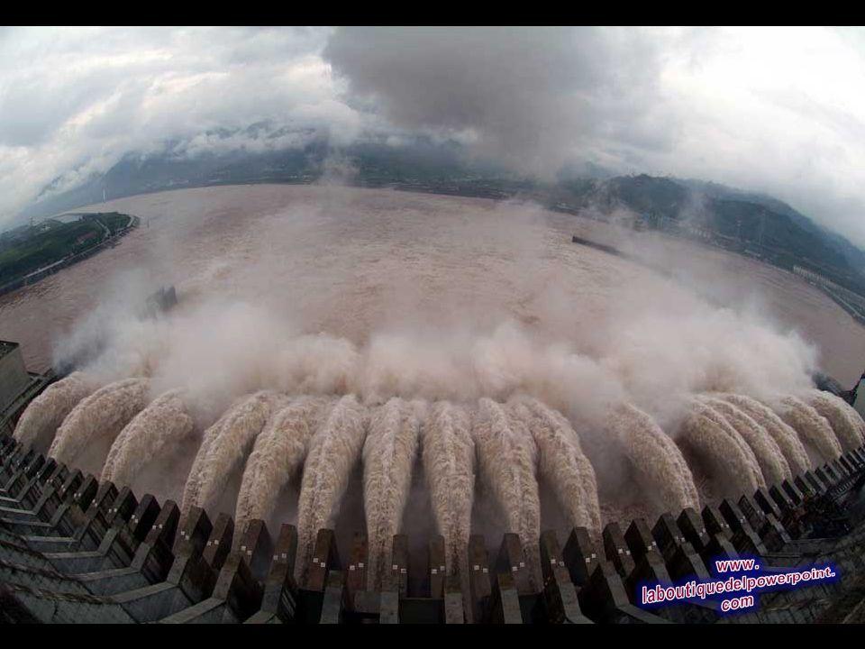 Dieciocho compuertas se abren de la presa de las Tres Gargantas, el 22 de julio de 2007 en Yichang, en la provincia central china de Hubei, para liber