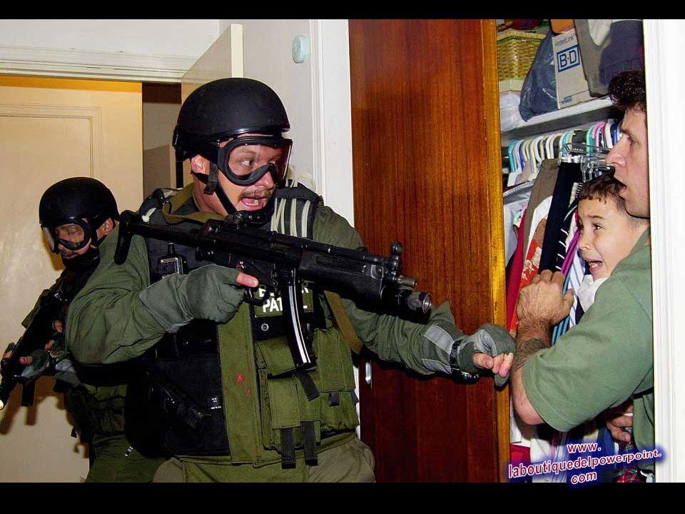 En el 22 foto de archivo abril 2000,, Elián González de 6 años grita mientras abraza a Donato Dalrymple, el hombre que le salvó en el mar en noviembre